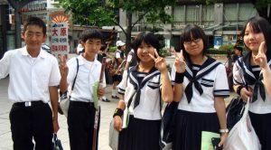 StudentsWearingJapaneseHighSchoolUniform-672x372
