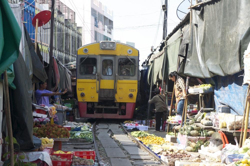14217860-depositphotos_122358538-stock-photo-samut-songkhram-thailand-september-4-1493853833-1000-f41b84e92d-1494316273